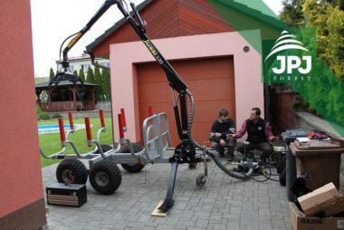Dodání-a-instalace-hydraulické-ruky-Vahva-Jussi-320-na-malý-vyvážecí-vlek-domácí-výroby-380x254