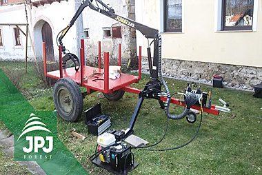 Dodání-samostatné-hydraulické-ruky-Vahva-Jussi-320-včetně-podpěrných-nohou.-Montáž-na-vlečku-domácí-výroby